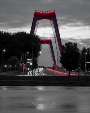 Photo: Edwin Muller Willemsbrug in Rotterdam at night